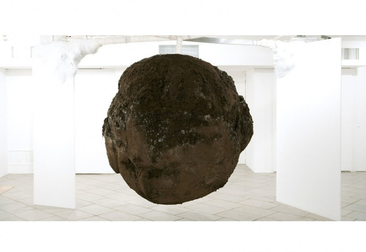 Bola de lodo. Mud ball. 3 tons of mud, 15 artists or artists working two months, one month of exposure. 200 x 200 cm. CCEBA, Buenos Aires, Argentina. 2007