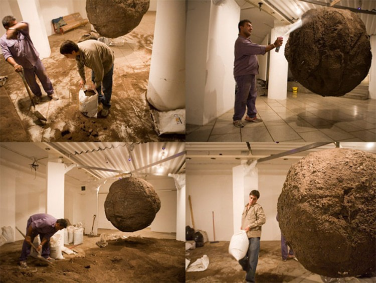 Bola de lodo. 3 tons of mud, 15 artists or artists working two months, one month of exposure. 200 x 200 cm. CCEBA, Buenos Aires, Argentina. 2007